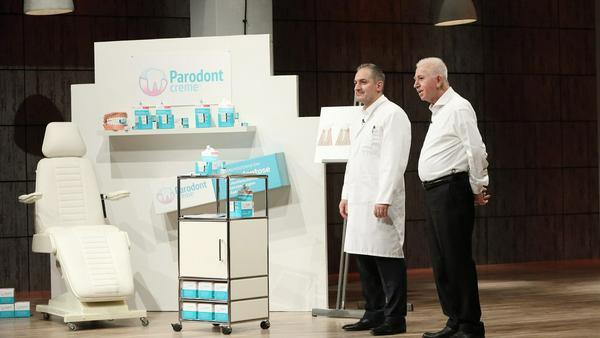 """Dr. Med. Dent. Ismail Özkanli (l.) und Hüsnü Özkanli zeigen ihre """"Parodontcreme"""""""