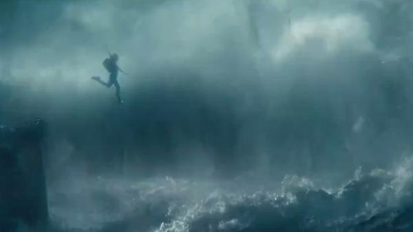 Lara Croft (Alicia Vikander) flieht vom sinkenden Schiff