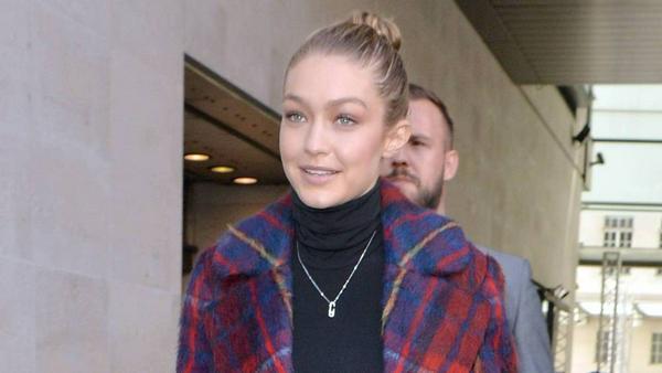 Model Gigi Hadid trotzt den kalten Temperaturen in einem Wollmantel mit trendy Karomuster