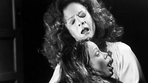 "Sissy Spacek als Carrie und Piper Laurie als Margaret White in ""Carrie - Des Satans jüngste Tochter"""