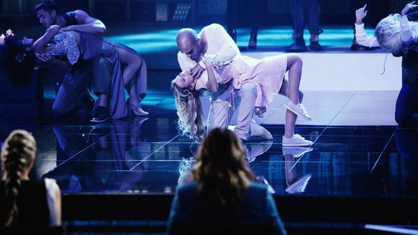 """David und Suzan Odonkor tanzen zu """"Work Song"""" von Hozier"""