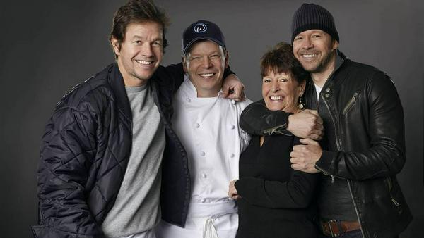 Die Familie Wahlberg (von links nach rechts): Mark, Paul, Mutter Alma und Donnie