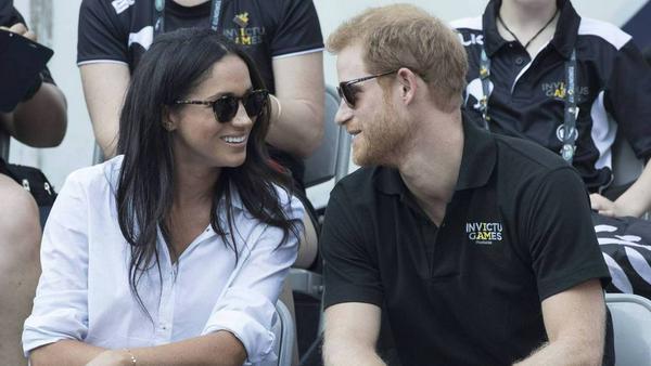 Werfen sich verliebte Blicke zu: Prinz Harry und seine Meghan