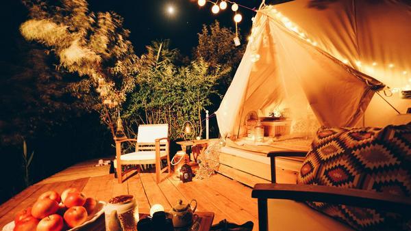 """Von wegen muffige Schlafsäcke und schnarchende Nachbarn! Beim """"Glamping"""" genießt man stilvoll die Natur"""