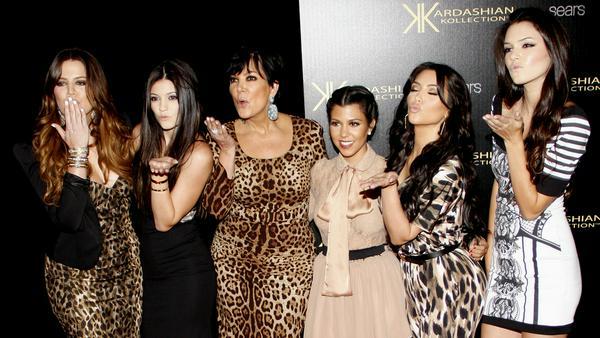 Mama Kris Jenner (3.v.l.) mit ihren Töchtern Khloé, Kylie, Kourtney, Kim und Kendall