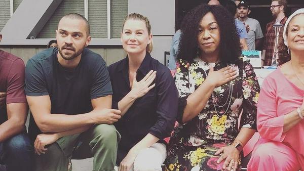 """""""Grey's Anatomy""""-Schöpferin Shonda Rhimes kniet mit ihrem Cast nieder"""