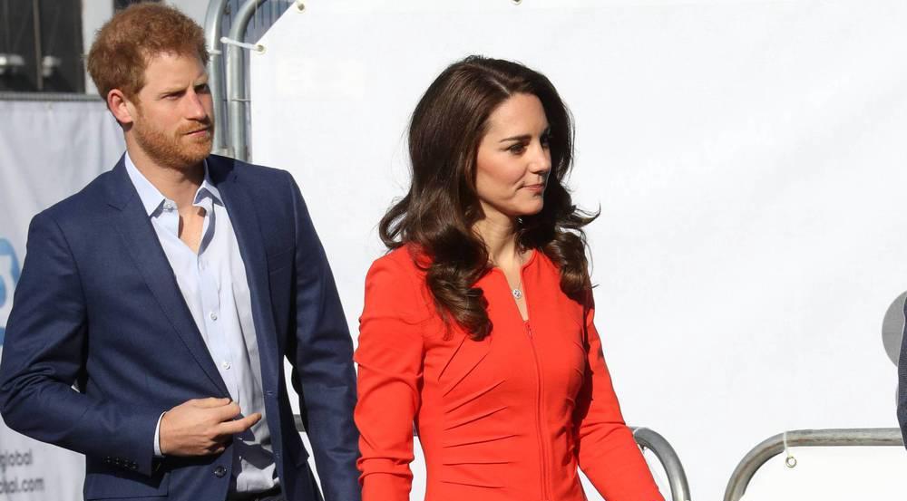 In einem knallroten Kostüm beehrte Herzogin Kate die Eröffnung der Global Academy in London