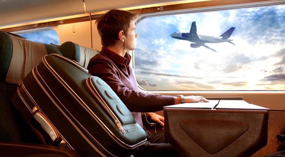 Entspannt im Abteil statt eingezwängt in der Kabine: Bahnreisen haben viele Vorteile