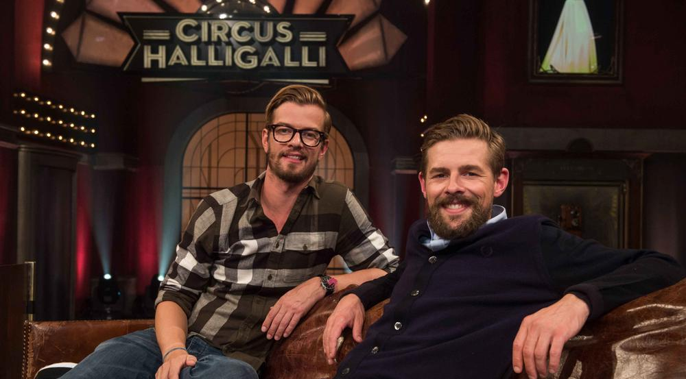 Joko Winterscheidt (l.) und Klaas Heufer-Umlauf nehmen zum letzten Mal auf ihrem Sofa Platz
