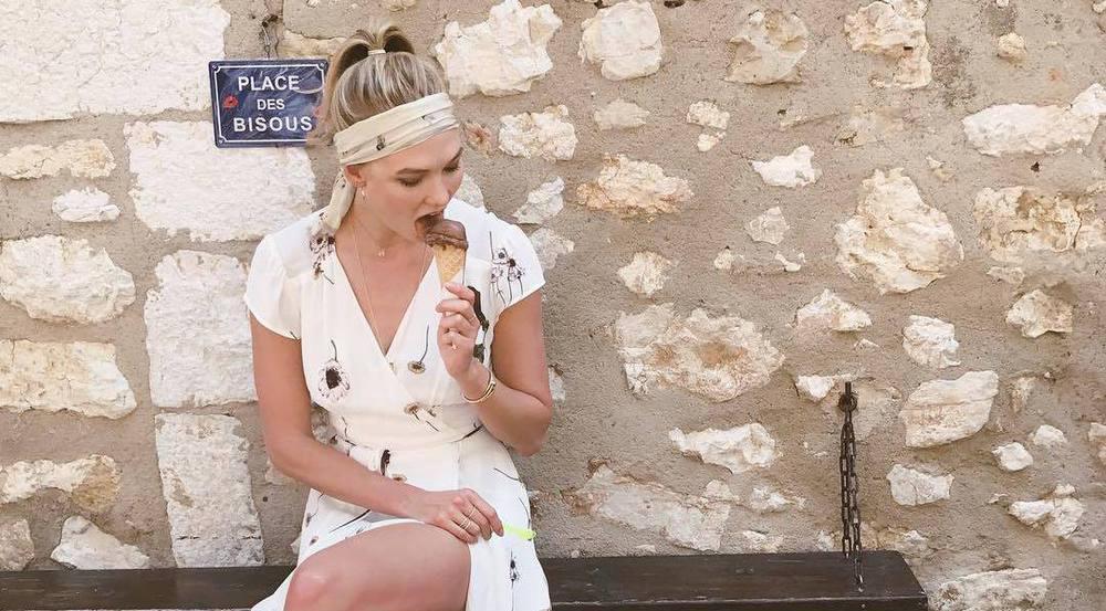 Model Karlie Kloss kühlt sich ab - mit Eis und der richtigen Kleidung