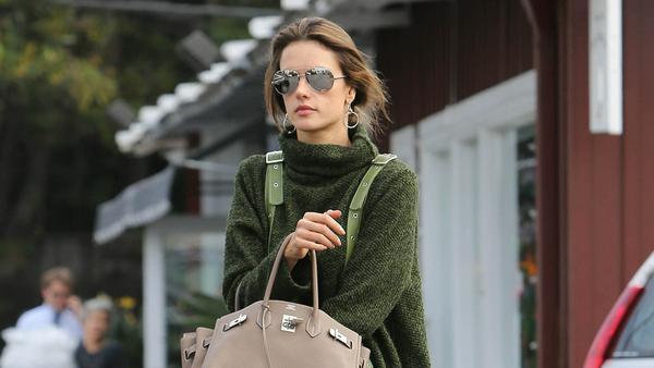 Model Alessandra Ambrosio zeigt, wie man einen Oversize-Pullover als lässiges Kleid stylen kann