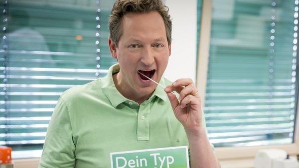 """""""Hirschhausens Quiz des Menschen"""": Eckart von Hirschhausen (l.) will sich in der Knochenmarkspendezentrale Düsseldorf typisieren lassen"""
