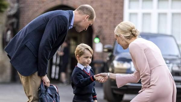 Noch etwas zurückhaltend: Prinz George hat seinen ersten Schultag