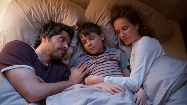 Sohn Nick (Levi Eisenblätter) schläft gerne nochmal bei Papa Jan (Pasquale Aleardi) und Mama Sara (Chiara Schoras) am Ende eines aufregenden Tages