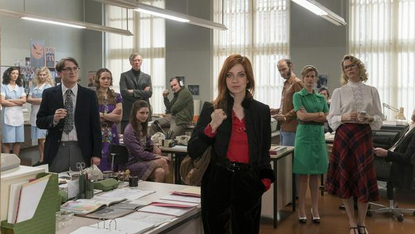 """Als erste weibliche Chefin hat Zarah Wolf (Claudia Eisinger, vorne) keinen leichten Start in der """"Relevant""""-Redaktion"""