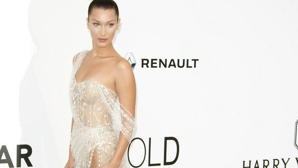 """Gewagt: Das Model in einer transparenten Robe von """"Ralph & Russo"""" bei der amFamfAR-Gala in Cannes"""