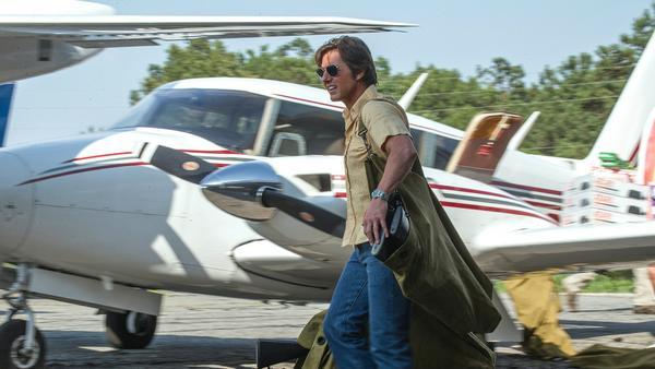 Er ist angeschnallt, Waffen und Drogen sind verstaut, die Brille sitzt: Barry Seal (Tom Cruise) ist zum Abheben bereit