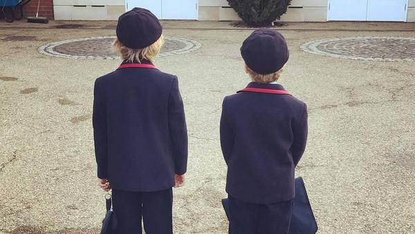 Für die Söhne von Elton John steht nun wieder Lernen auf dem Programm
