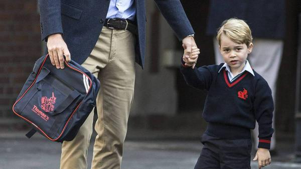 Wirkte vor Schulbeginn nicht überzeugt von dem, was um ihn herum passierte: Prinz George (mit Prinz William, l.)
