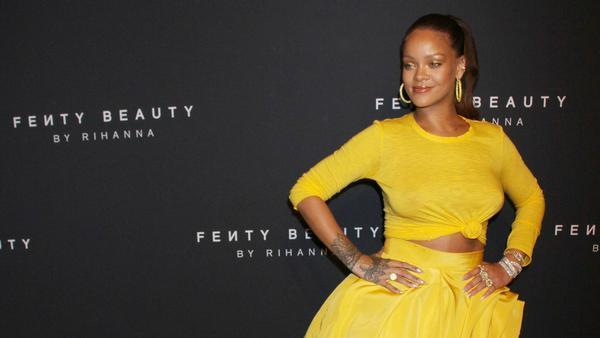 Rihanna legte beim Launch ihrer Beauty-Linie einen leuchtenden Auftritt hin