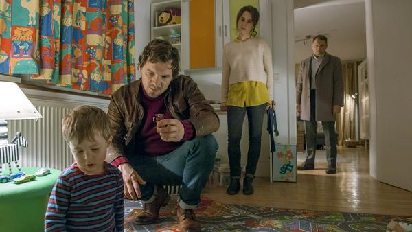 Sebastian Bootz (Felix Klare) versucht, aus dem dreijährigen Philipp (Lias Funck) hervorzulocken, welches Auto er gesehen hat und was damit passierte