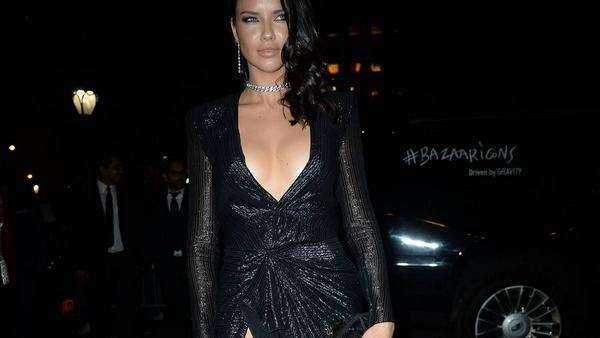 Eine alte Moderegel besagt, dass man entweder Dekolleté oder Bein zeigen soll - Adriana Lima entschied sich einfach für beides!