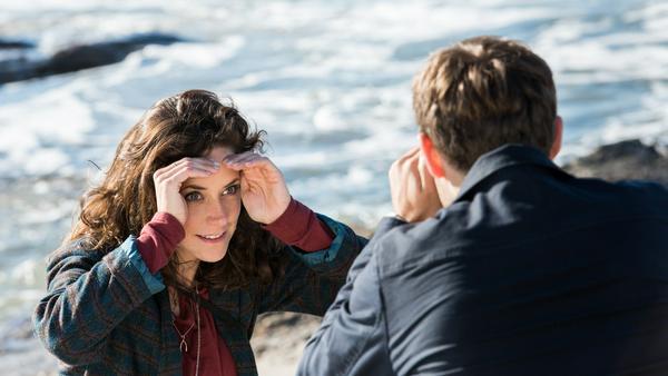 """""""Katie Fforde: Bruderherz"""": Die beiden so unterschiedlichen Geschwister Lauren (Anja Knauer) und Anthony Cahill (Lucas Reiber) finden am Strand eine Form der Annäherung"""