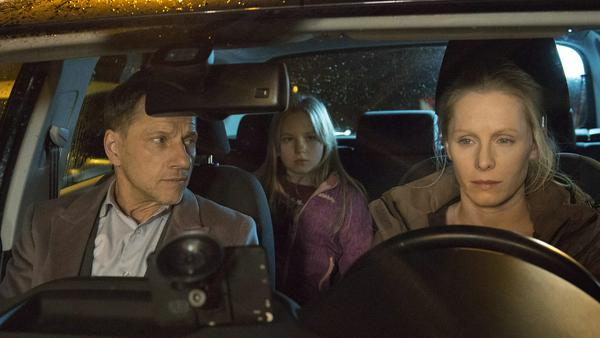 """""""Tatort: Stau"""": Thorsten Lannert (Richy Müller) spricht mit Tina Klingelhöfer (Susanne Wuest)"""