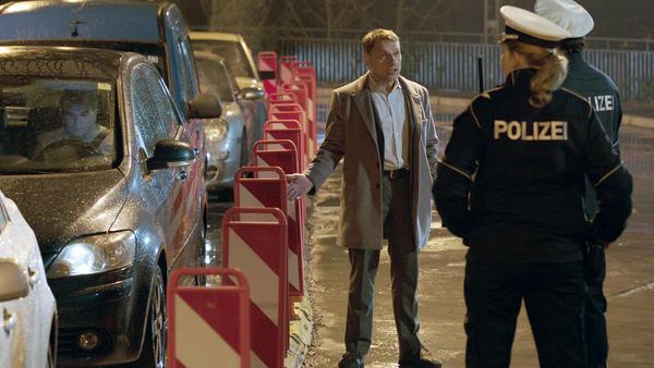 Thorsten Lannert (Richy Müller) braucht für die Ermittlung im Stau die Unterstützung der Schutzpolizei