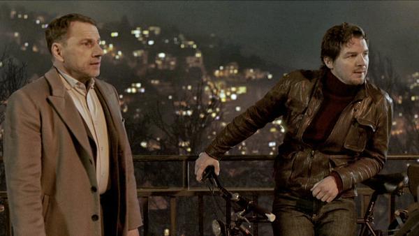 Thorsten Lannert (Richy Müller) und Sebastian Bootz (Felix Klare) ermitteln diesmal in einem Stau auf der Stuttgarter Weinsteige, hoch über der Stadt