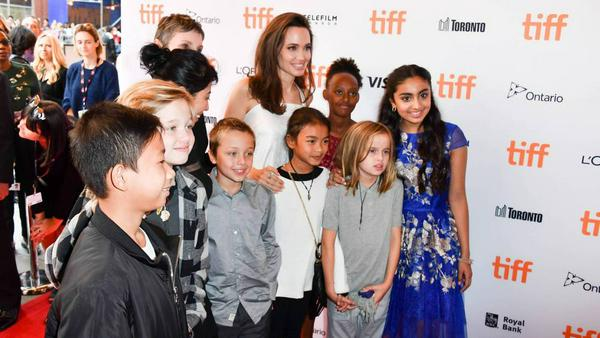 Angelina Jolie mit eigenen und weiteren Kindern beim Toronto International Film Festival