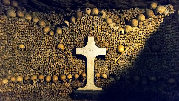Nur 20 Meter unter dem geschäftigen Treiben der französischen Hauptstadt beginnt das Reich der Toten. In den Katakomben von Paris liegen aber nicht nur Gebeine...