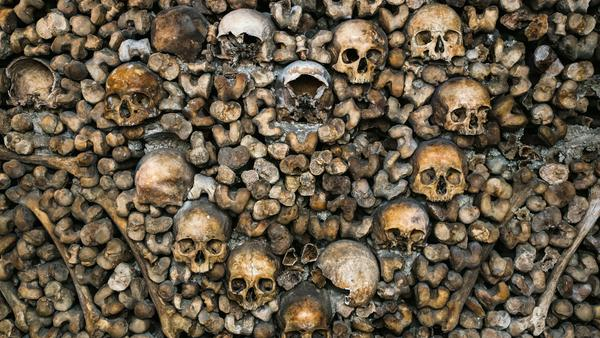 Kunst aus Knochen - hier haben die Totengräber die Schädel herzförmig angeordnet
