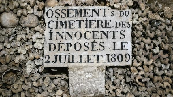 """Der """"Friedhof der Unschuldigen"""" war bis zum Ende des 18. Jahrhunderts der größte innerstädtische Friedhof von Paris. Als 1179 Anwohner an austretenden Faulgasen erstickt waren, wurde er geschlossen und die Gebeine in die Katakomben gebracht."""