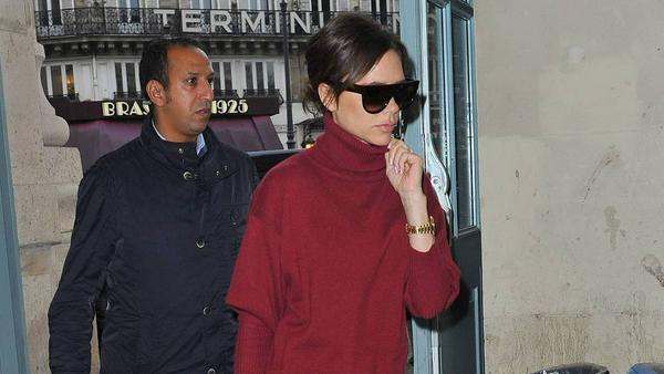 Designerin Victoria Beckham trägt die Trendfarbe Rot natürlich schon