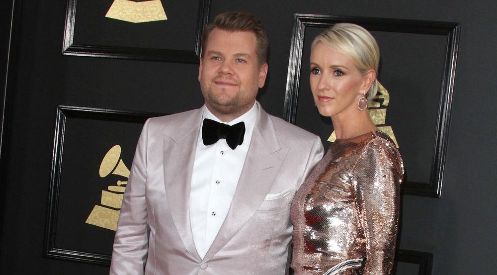 Bei den Grammys 2017 Schritt James Corden mit seiner Frau Julia Carey über den roten Teppich