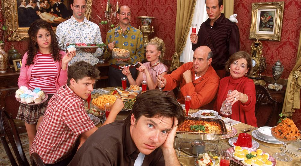 Michael Bluth (Jason Bateman, im Vordergrund) und seine verrückte Familie