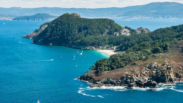 An den Ufern der Stadt Vigo erstrecken sich die Cies-Inseln. Die Inseln Monteagudo, Faro und San Martiño liegen oft im Nebel. Dann könnte man meinen, man sei in Schottland.