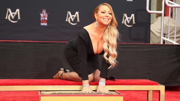 Glücklich und stolz lächelt Mariah Carey bei der feierlichen Zeremonie in die Kameras