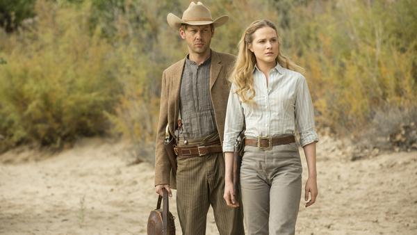 "Jimmi Simpson (l.) und Evan Rachel Wood in ""Westworld"""
