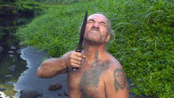 Konny Reimann übt die waghalsige Dschungelrasur