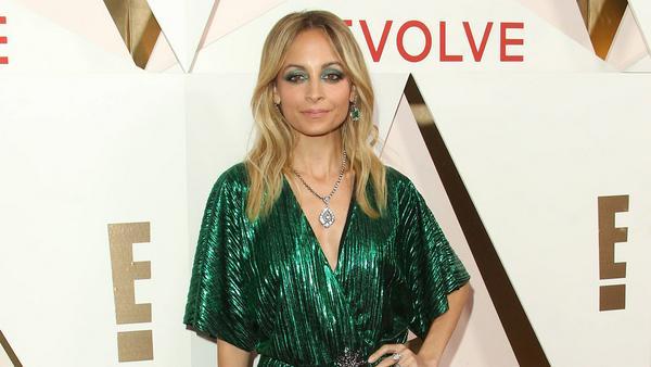 Nicole Richie beweist: Smaragdgrün und Silber ist eine echte Power-Kombi