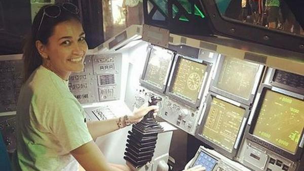 Jana Ina hat beim Besuch des Space Centers sichtlich Spaß