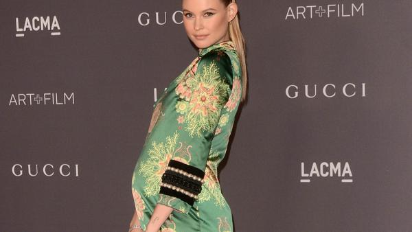 Behati Prinsloo präsentiert ihren Babybauch im schicken Gucci-Kleid