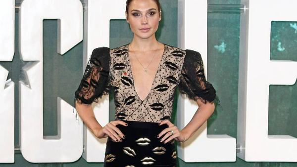 Gal Gadot macht im verspielten Kuss-Kleid von Givenchy eine sensationelle Figur