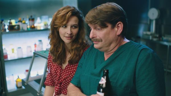 Peter Trabner begegnet als Dr. Falko Lammert Lebendigen wie Toten. Katrin Bauerfeind macht als Witwe aus ihrer Abneigung gegenüber ihrem toten Mann kein Hehl
