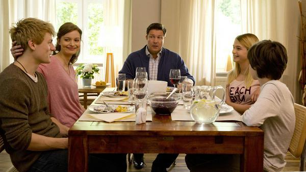 Fröhliches Abendessen in der Villa Kleist (v.l.): Piwi Kleist (Meo Wulf), Anke Stoll (Fabienne Haller), Dr. Christian Kleist (Francis Fulton Smith), Clara Hofer (Lisa-Marie Koroll) und Paul Kleist (Julian König)
