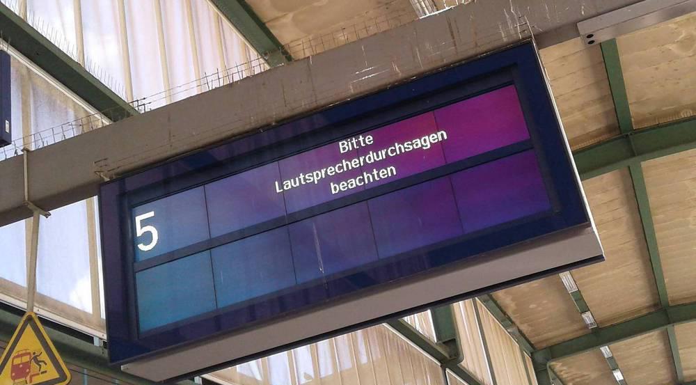 Bei zahlreichen Anzeigetafeln der Bahn ging am Freitag nichts mehr