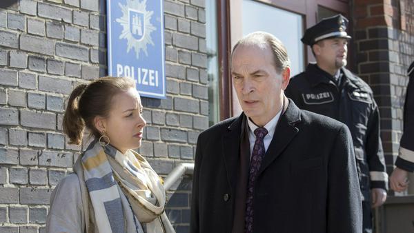 """""""Die Kanzlei: Nacht und Nebel"""": Markus Gellert (Herbert Knaup) und seine Tochter Marleen (Amelie Plaas-Link) versuchen zu rekonstruieren, was in der Tatnacht passiert ist"""