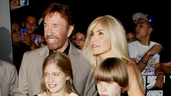 Chuck und seine Frau Gena Norris haben zwei gemeinsame Kinder, die Zwillinge Dakota Alan und Danilee Kelly